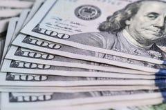 5000 roubles för modell för bakgrundsbillspengar Stäng sig upp sikt av kontanta pengardollarräkningar Arkivbild