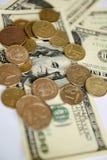Roubles russes de pièces de monnaie sur des billets de banque des dollars Images libres de droits