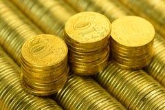 Roubles russes de pile de fond de pièces d'or en métal Images stock