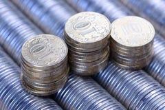 Roubles russes de pile de fond de pièces en argent en métal Photographie stock libre de droits