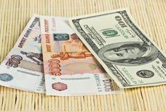 Roubles russes et dollars US sur des serviettes de fond Photographie stock