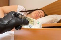 Roubo do dinheiro ao dormir foto de stock royalty free