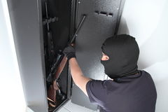 Roubo e roubo em armas em um cofre forte da arma fotos de stock