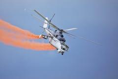 Roudnice nad Labem, REPÚBLICA CHECA - 27 de junio : Helicóptero de ataque checo de la fuerza aérea Mi-24 que vuela una demostraci Imágenes de archivo libres de regalías