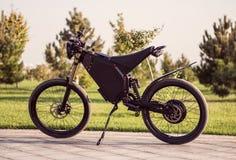 Roue électrique de moteur à accus de vélo avec la pédale et l'amortisseur arrière Photographie stock libre de droits