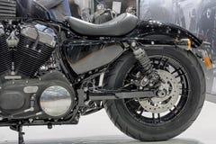 Roue arrière de moto noire, photo d'intérieur Photo libre de droits