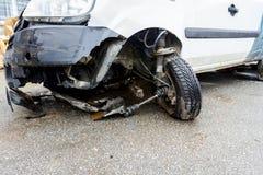 Roue avant cassée sur une voiture blanche après accident de la circulation Photo stock