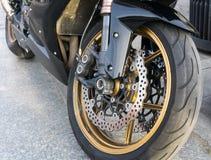 Roue avant de motocyclette avec la coupure et le pneu de disque Images stock