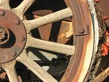 Roue avant de véhicule antique avec le pneu éclaté Images stock