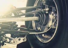 Roue avant de voiture d'entraînement avec le nouveaux pneu et amortisseur Photos stock
