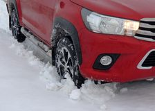 Roue avant du camion dans la neige profonde sur la route de campagne Images libres de droits