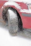 Roue avec le pneu d'automobile d'hiver en chutes de neige photos libres de droits