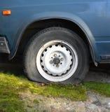 Roue avec un pneu crevé photographie stock libre de droits