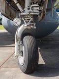 Roue d'atterrissage avant d'un avion image stock