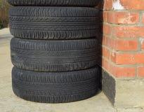 roue d'automobile Pneus en caoutchouc Le caoutchouc d'été réglé pour la voiture W Image stock