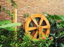 roue d'eau en bois tournante images stock