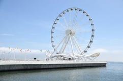 Roue de Baku Ferris sur le rivage de la Mer Caspienne Photo libre de droits