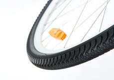 Roue de bicyclette avec le réflecteur orange Photographie stock libre de droits