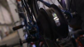 Roue de bicyclette avec les lumières tournant, l'atelier d'expo de technologie, de service et de réparations banque de vidéos