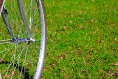 Roue de bicyclette sur l'herbe image libre de droits