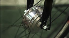 Roue de bicyclette tournant à l'atelier d'entretien technique, passe-temps de recyclage banque de vidéos