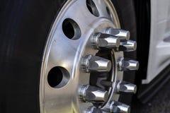 Roue de camion avec les boulons en aluminium de jante et de fixation de pneu photo stock