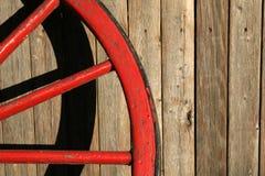 Roue de chariot rouge usée Photos stock