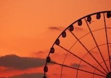 Roue de Ferris au coucher du soleil Photographie stock