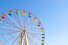 Roue de Ferris avec le ciel bleu Image stock