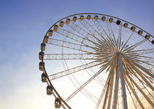 Roue de Ferris avec le ciel bleu photos stock