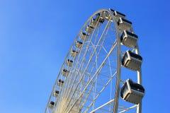 Roue de Ferris avec le ciel bleu photos libres de droits