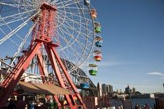 Roue de Ferris chez Luna Park avec la passerelle de port Image libre de droits