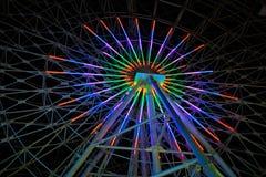 Roue de Ferris colorée la nuit Image stock