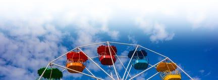 Roue de Ferris contre le ciel bleu Image stock