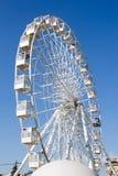 Roue de Ferris contre le ciel bleu Photo stock