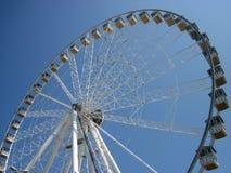 Roue de Ferris contre un ciel bleu Photographie stock libre de droits