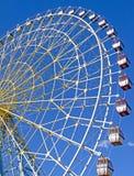 Roue de Ferris contre un ciel bleu Photographie stock
