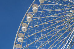 Roue de Ferris contre un ciel bleu Photos libres de droits