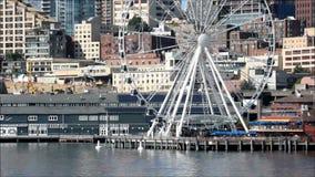 Roue de ferris de Seattle et bord de mer de l'eau banque de vidéos