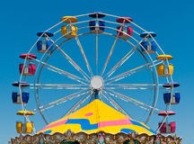 Roue de Ferris et dessus de carrousel Images stock