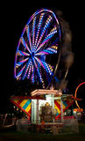 Roue de Ferris et organe colorés de champ de foire photographie stock libre de droits