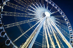 Roue de Ferris la nuit. Photos stock