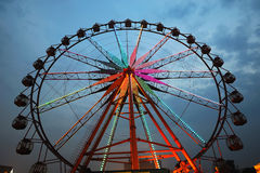 Roue de Ferris la nuit photos stock
