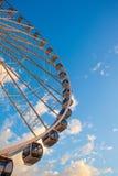 Roue de Ferris sur l'eau au coucher du soleil Images libres de droits