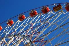 Roue de Ferris sur le ciel bleu Photographie stock libre de droits