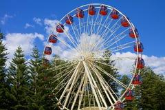 Roue de Ferris sur le ciel bleu Images libres de droits