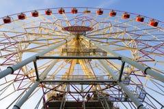 Roue de Ferris sur le ciel lumineux bleu Image stock