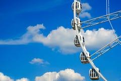 Roue de ferris de vintage au-dessus de ciel de turquoise photos stock