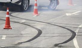 Roue de freinage de secours avec de la fumée sur la route Photographie stock libre de droits