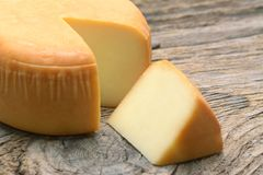 Roue de fromage sur l'aliment biologique du bois images libres de droits